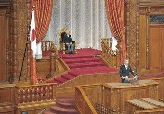 Emperor_Akihito_and_Bunmei_Ibuki_201301.jpg