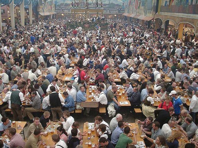 Oktoberfest_bierzelt.JPG